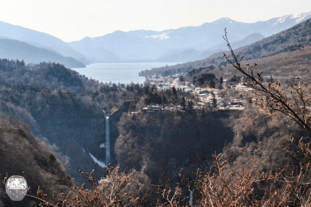 Blick auf den See Chuzenji und die Kegonfälle, rechts deutet sich der Mount Nantai an