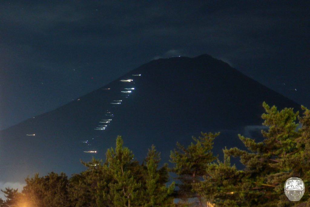 Lichter auf dem Mount Fuji von den Fuji-Q Highlands aus