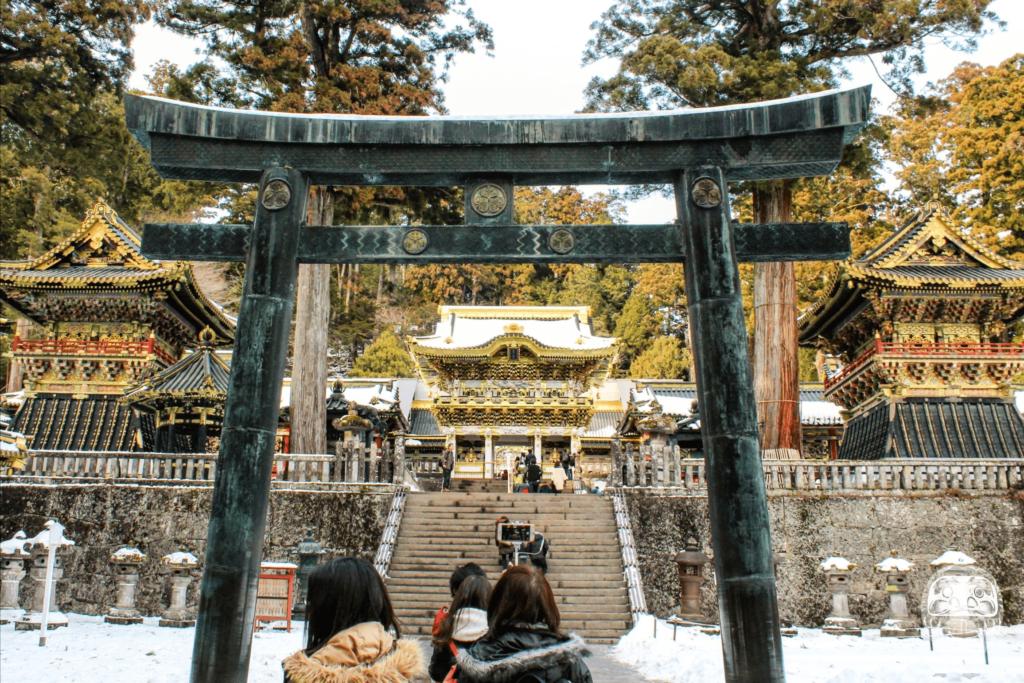 Blick durch Torii auf das große und aufwändig verzierte Yomeimon