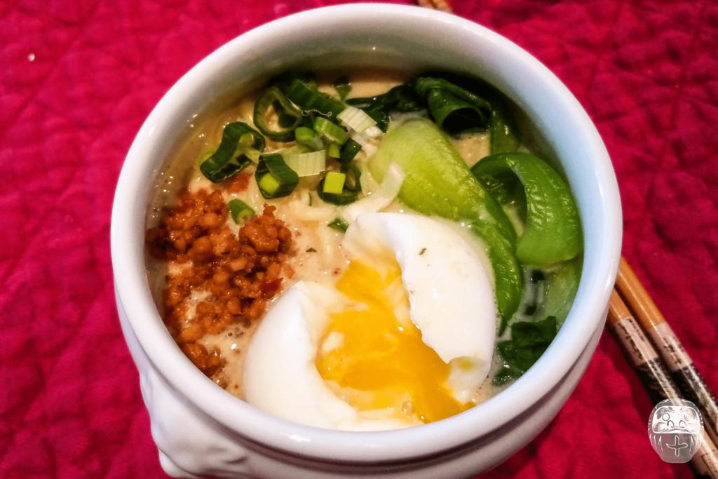 Eine kleine Schüssel des veganen Ramen (mit Ei)